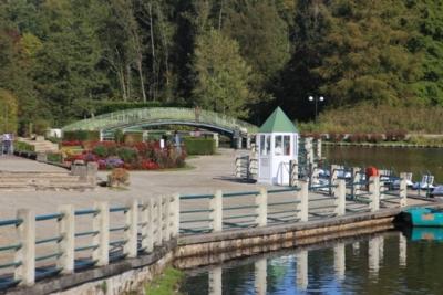 Mit der Architektur der Belle Epoque, dem See und dem von Trauerweiden gesäumten Fluss bietet Bagnoles das perfekte Bild einer harmonischen Idylle.